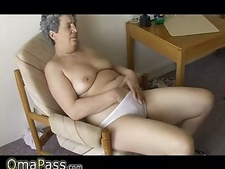 Naughty grandma with saggy mammories satisfies her fuckbox with carrot